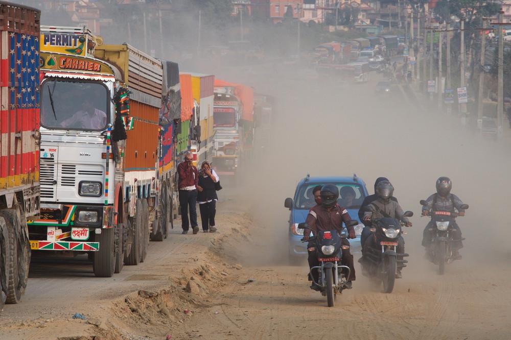 Пылевая завеса на пригородных дорогах Катманду