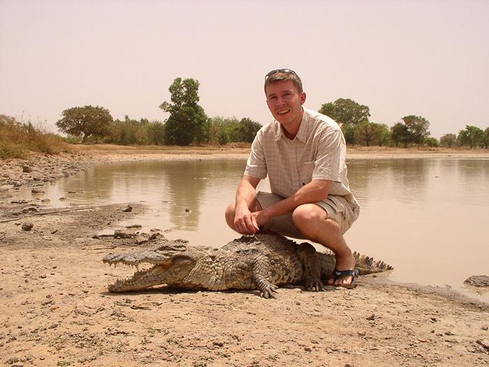 Священные крокодилы из Буркина-Фасо рядом с детьми