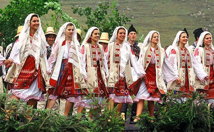 Румыны ответили Dior, скопировавшему их традиционную одежду