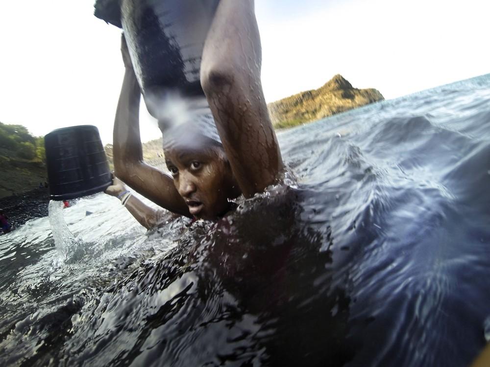 Женщины воруют песок в Кабо-Верде