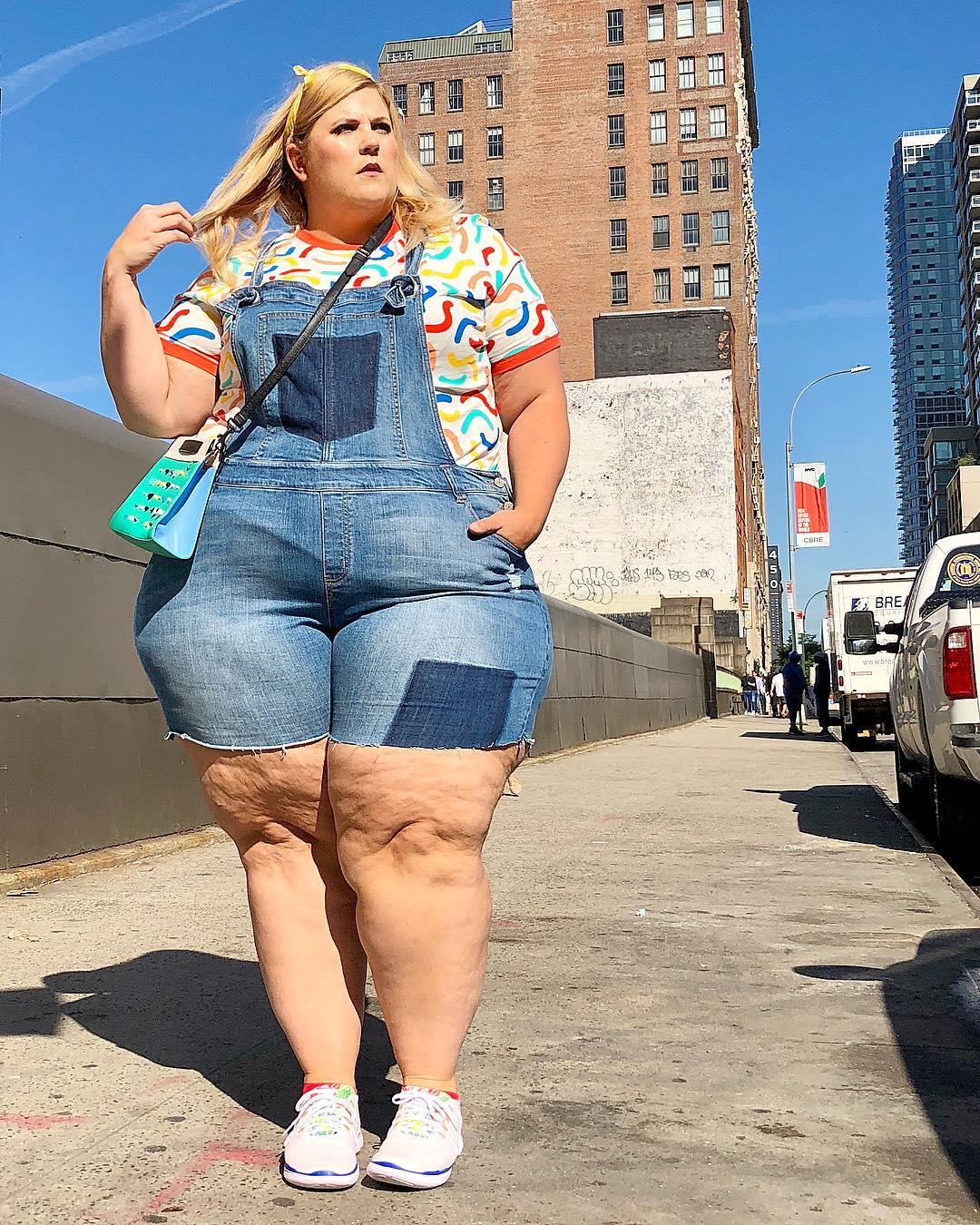 Американская плюс-сайз модель вышла на Таймс-сквер в бикини