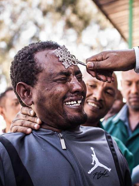 Священник проводит массовый обряд экзорцизма в Эфиопии
