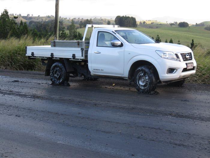 Автомобили пострадали из-за расплавившегося асфальта в Австралии