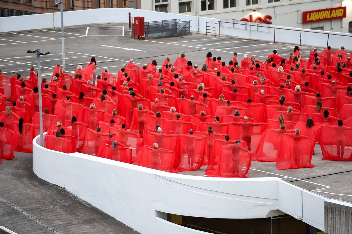 500 австралийцев разделись для инсталляции Спенсера Туника