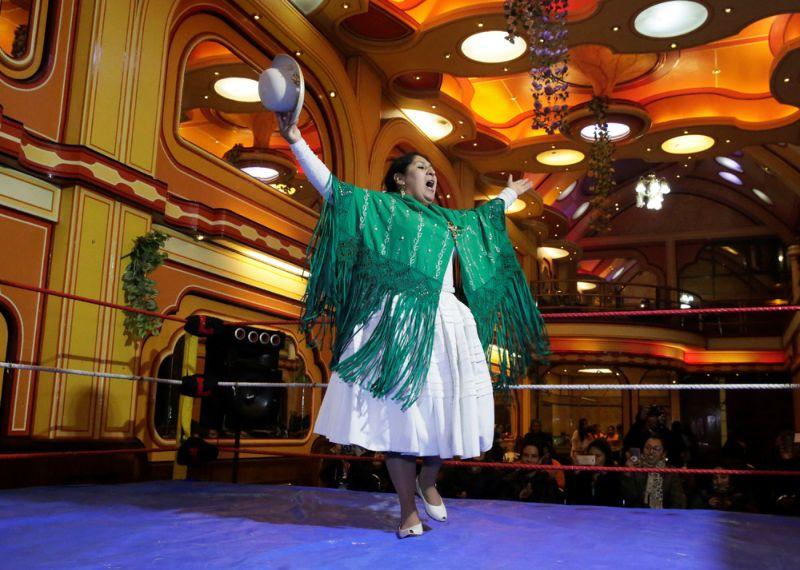 Женщины-рестлеры из Боливии на ринге