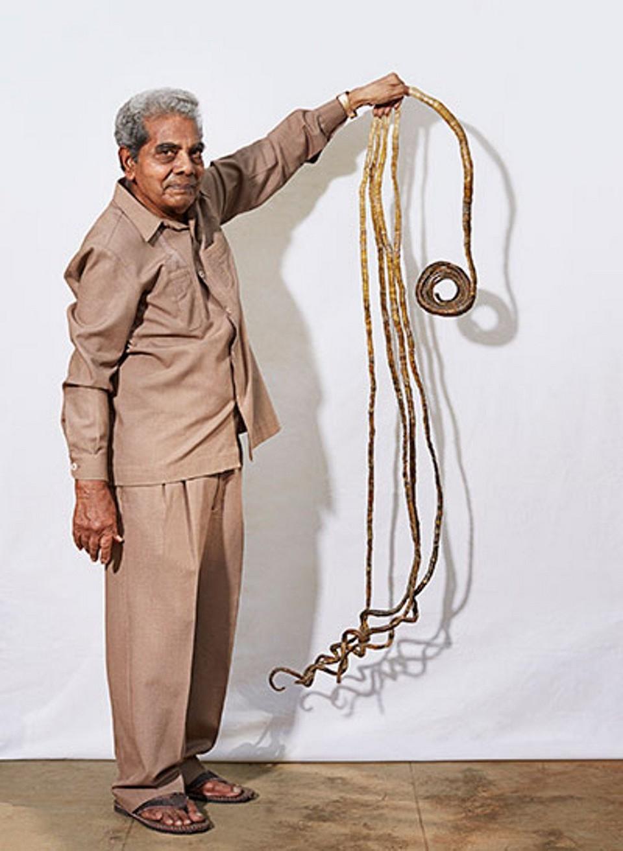 Индиец состриг ногти, которые отращивал 66 лет