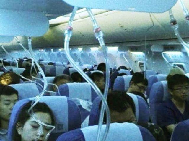 Пилот закурил в самолете и вызвал разгерметизацию салона