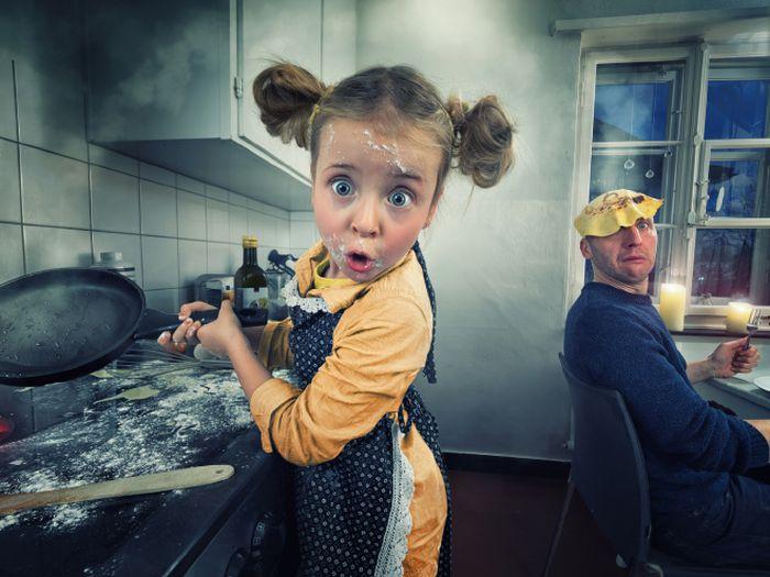 Отец любит редактировать снимки своих дочерей в фотошопе