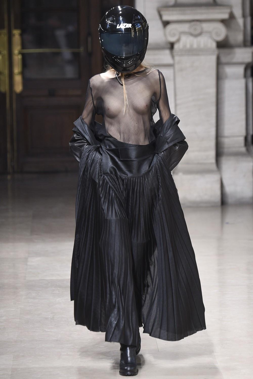 Прозрачная мода на подиуме