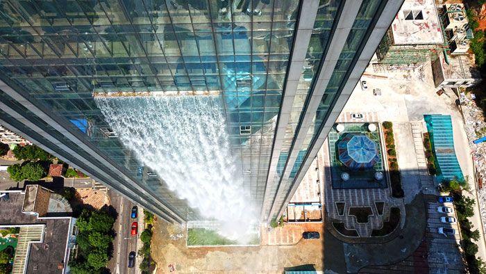 Искусственный водопад на стене китайского небоскреба
