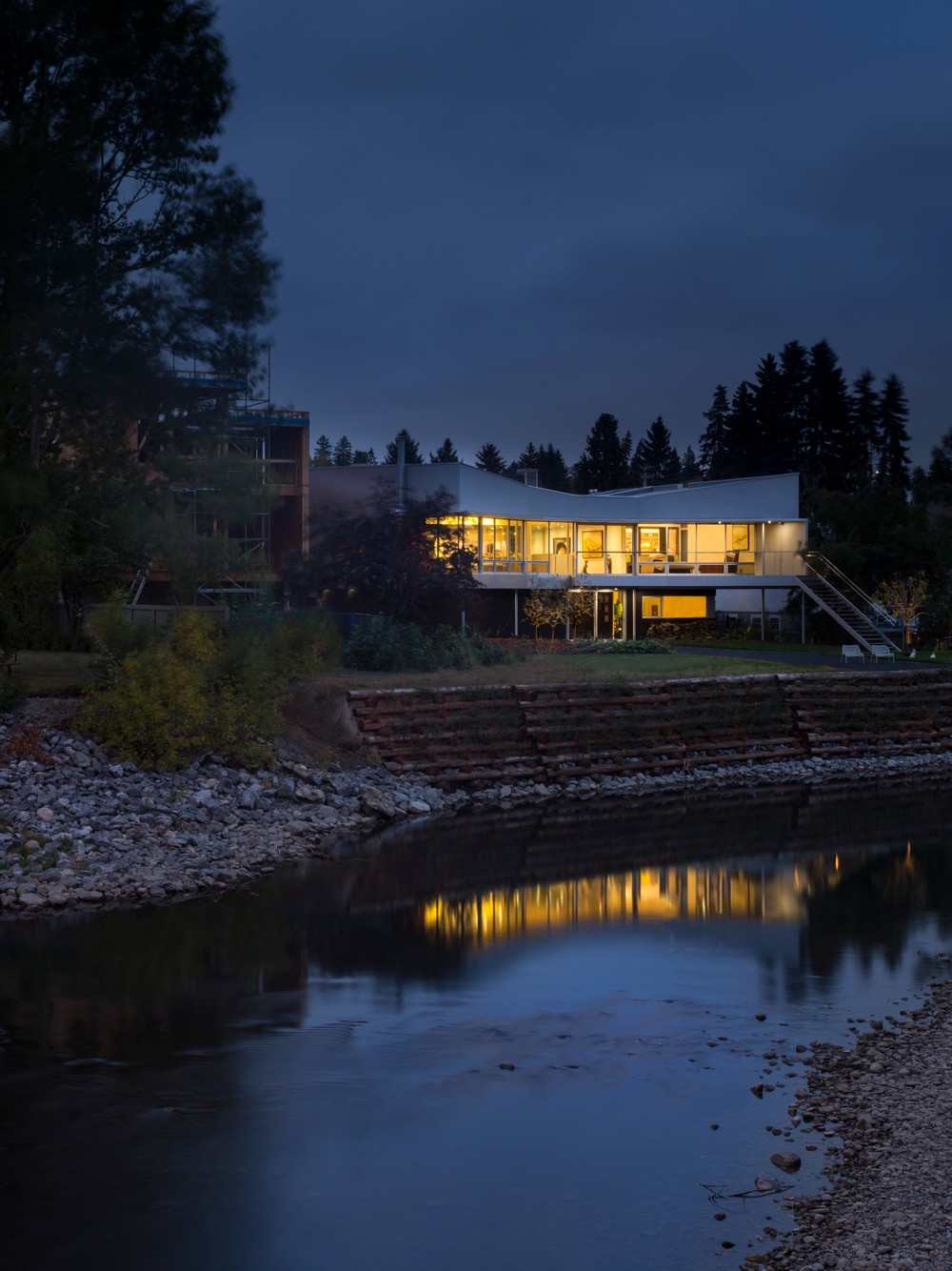 Современный дом у реки в Канаде