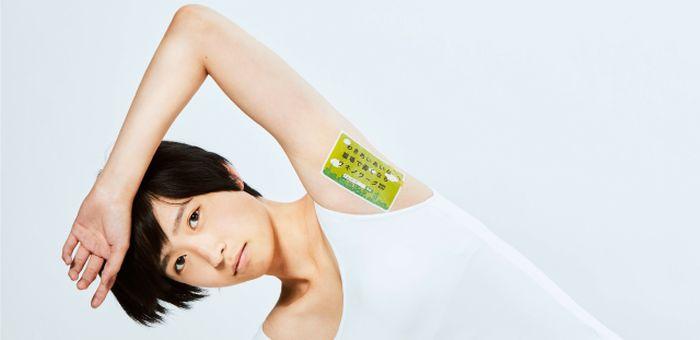 Японское рекламное агентство наносит рекламу на подмышки