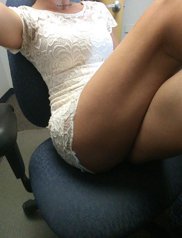 Красивые девушки скучают на работе