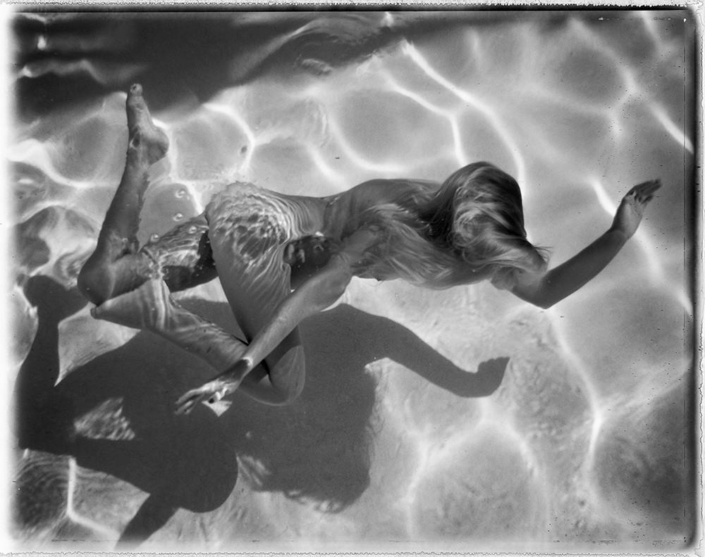 Обнаженные люди в бассейне от Дианны Темплтон