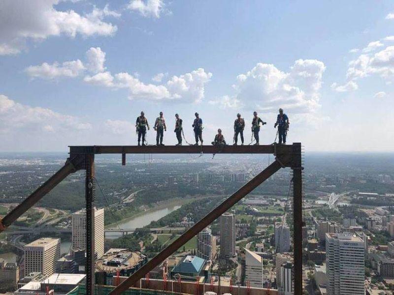 Мужики работают на высоте 250 метров
