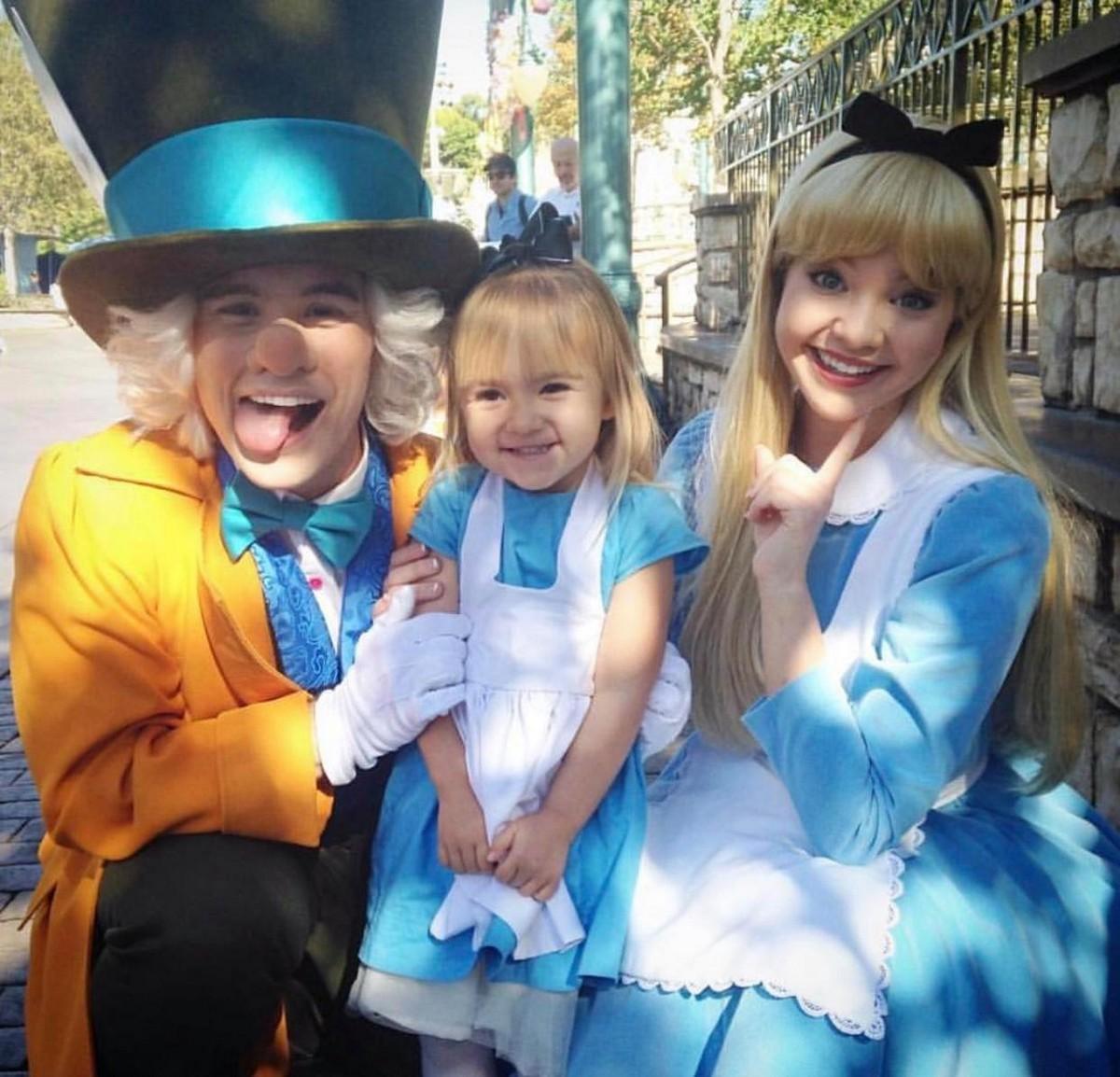 Американская семья посещает Диснейленд в костюмах любимых персонажей