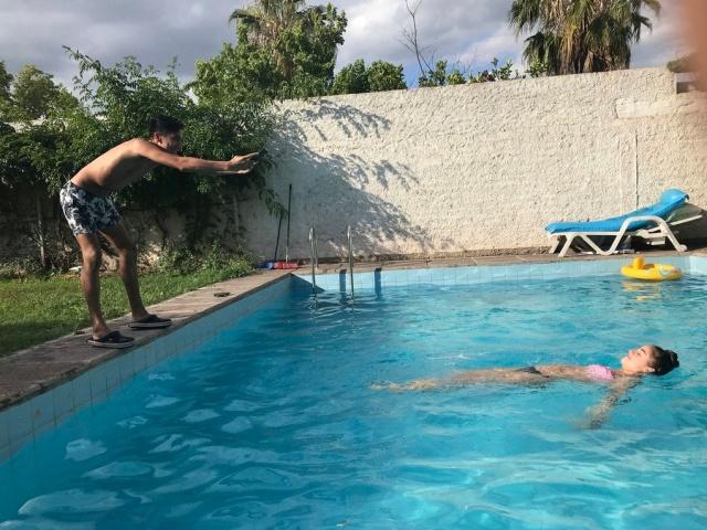 За кадром гламурной фотографии в бассейне