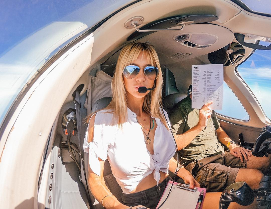 Блондинка научилась управлять самолётом назло бывшему
