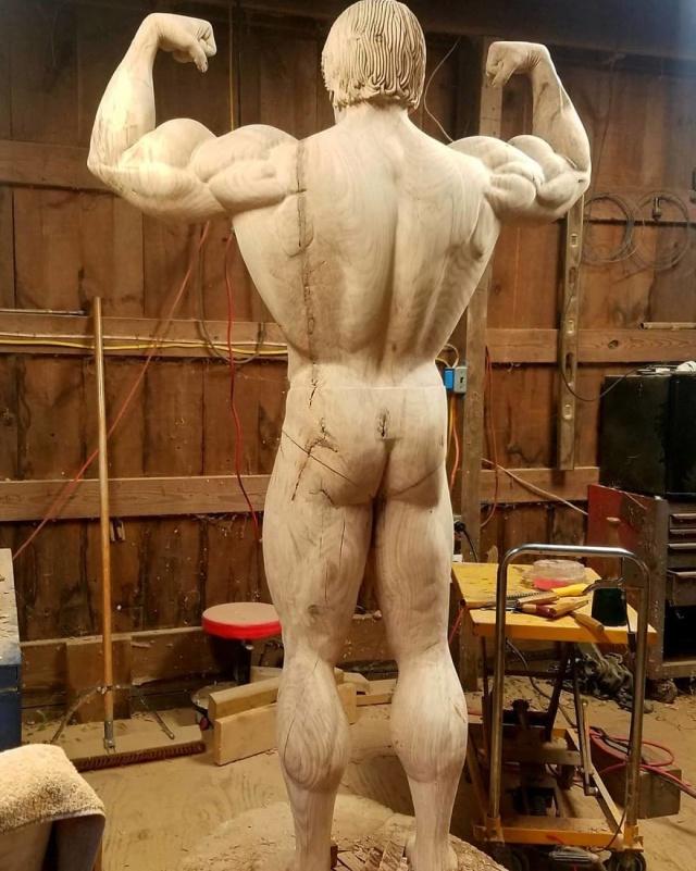 Удивительная скульптура знаменитости из дерева