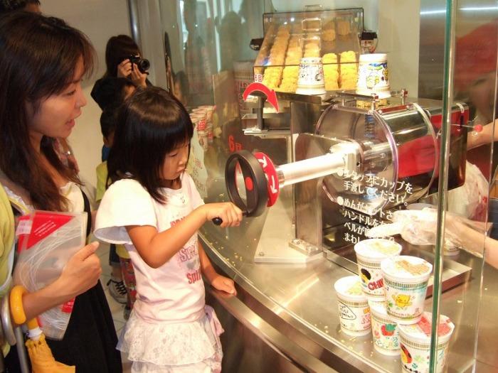 Японцы отмечают 60-летие изобретения лапши быстрого приготовления