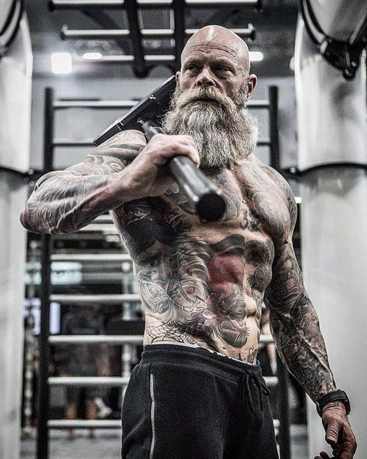 54-летний забитый татуировками качок выглядит весьма колоритно
