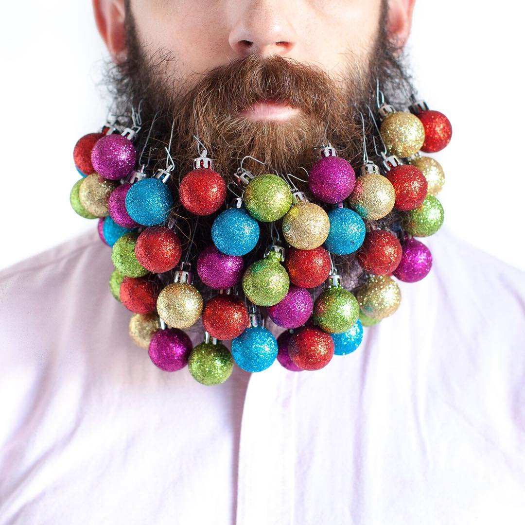 Парень украшает свою бороду всем подряд