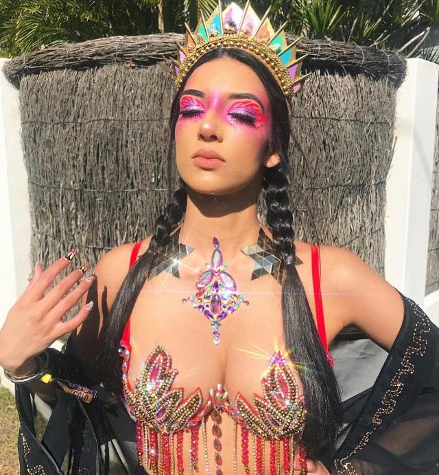 Флешмоб Go Get Glitter: девушки наносят блестки на грудь