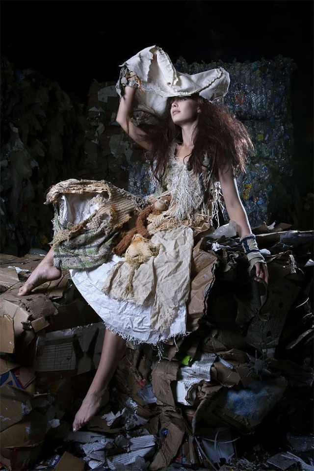 Экстравагантные наряды из мусора, собранного в Тихом океане