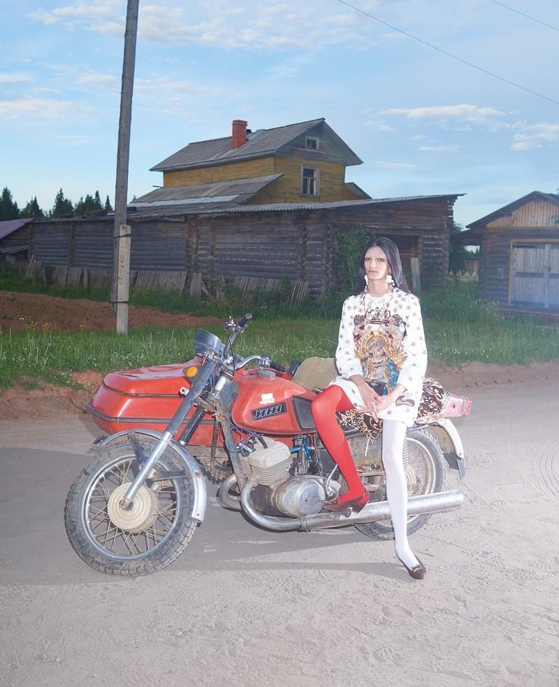 Журнал Vogue удивил читателей фотосессией в деревне под Архангельском