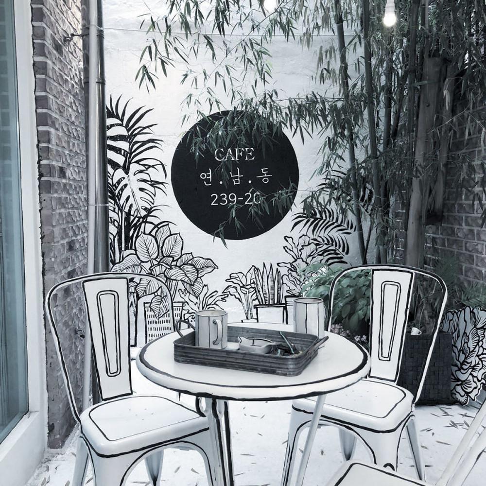 Нарисованная реальность внутри кафе в Сеуле