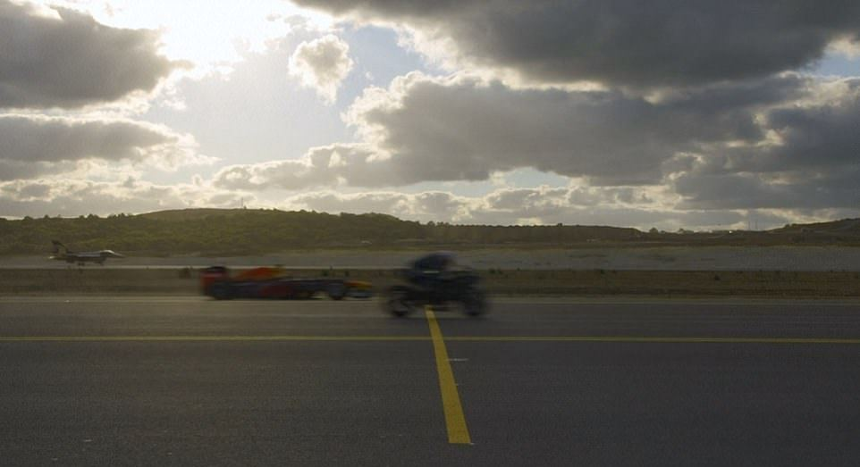 Суперкары, супербайк, автомобиль F1, самолет и истребитель устроили гонку