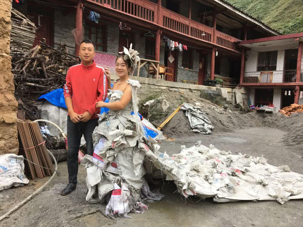 Китаянка пошила свадебное платье из 40 мешков от цемента