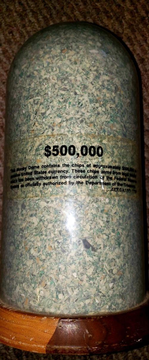 Мусорщик в США нашел 500 тысяч долларов