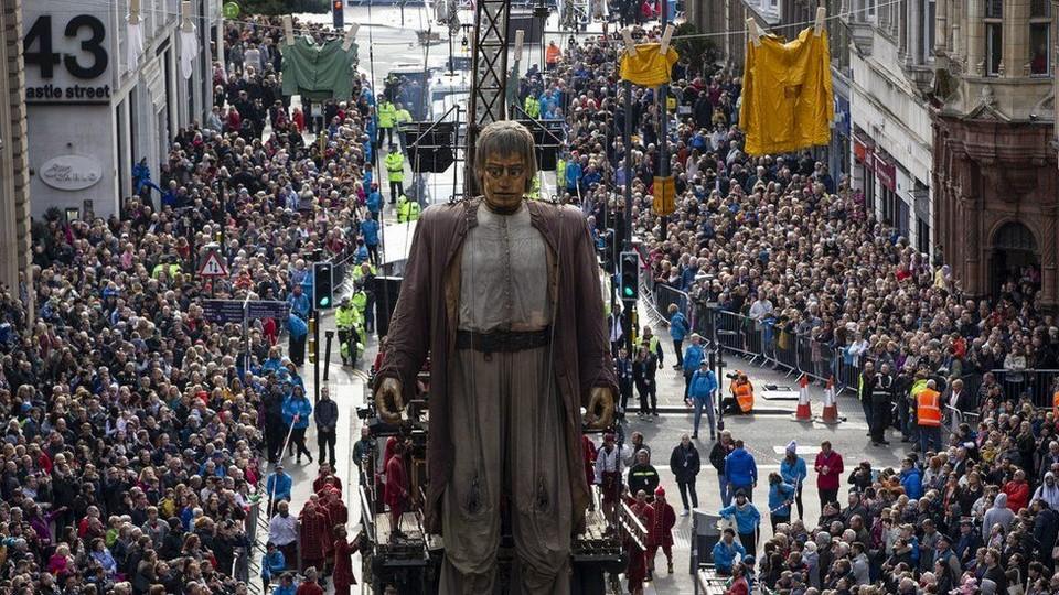 Гигантские куклы прошли по улицам Ливерпуля