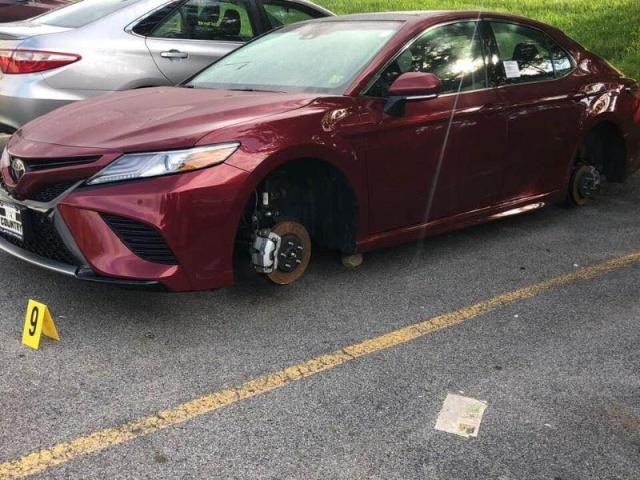 Воры сняли колеса с 12 автомобилей на парковке дилерского центра Toyota