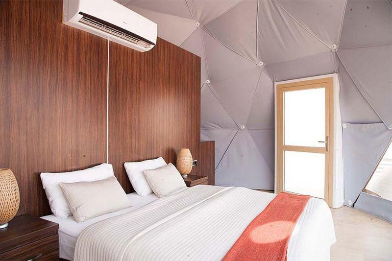 Городок в пустыне с шатрами-капсулами, столовой и Wi-Fi