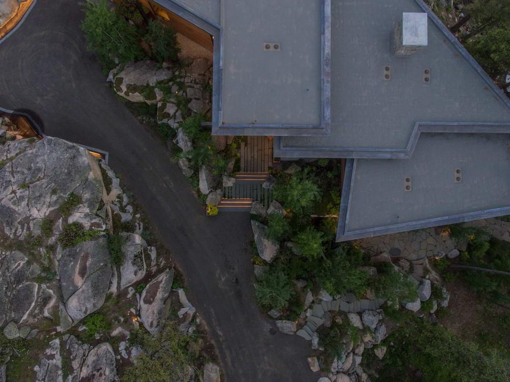 Лесной дом на утёсе у озера в США