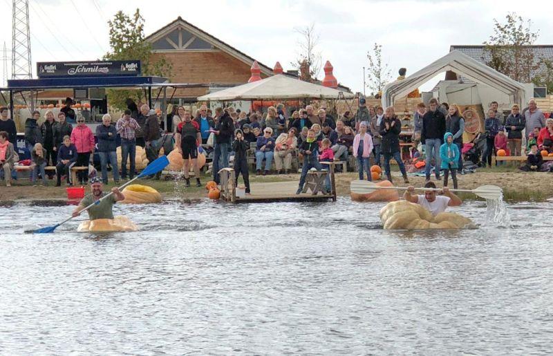 В Германии прошли водные гонки на гигантских тыквах