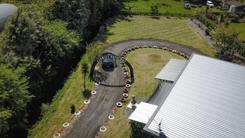 Механик превратил свой сад в гоночный трек