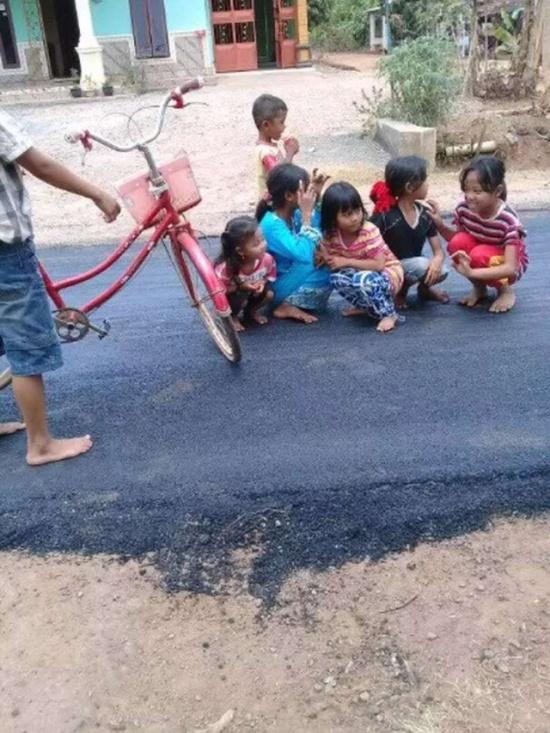В индонезийской деревне впервые заасфальтировали дорогу