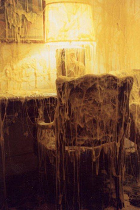 Художник покрывает мебель, комнаты и даже дома расплавленным сыром