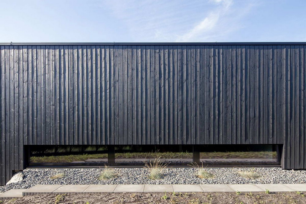 Модернистский черный дом с прудом в Литве