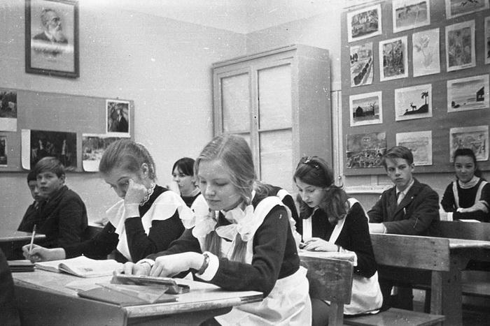 Почему форма советских школьниц похожа на униформу горничных
