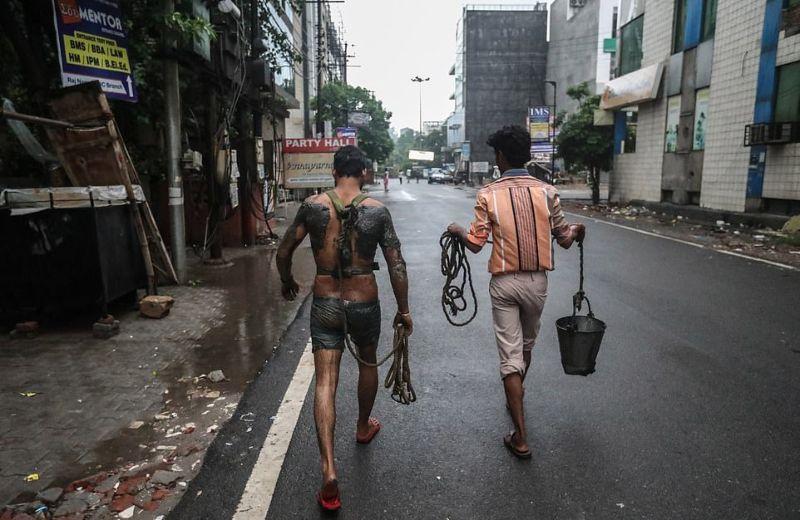 Адская работа чистильщиков канализации в Индии