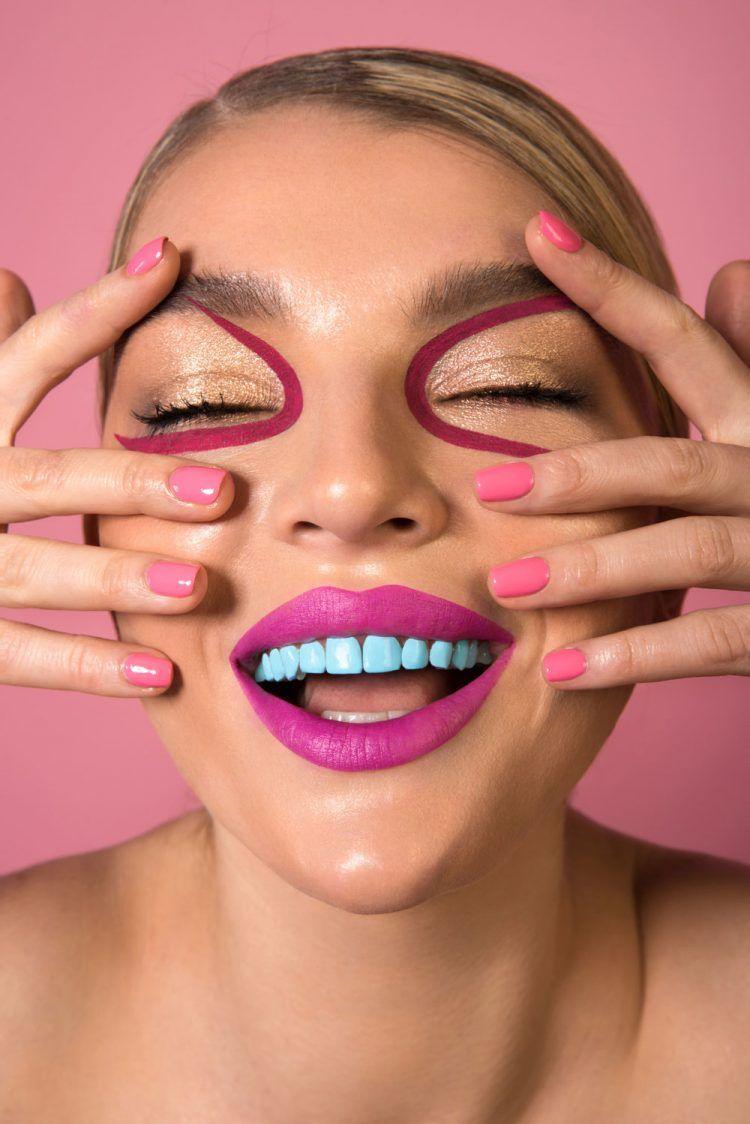 Сейчас модно покрывать зубы цветным лаком