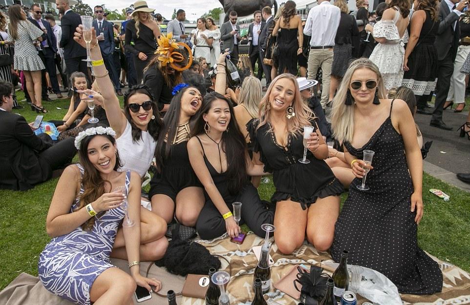 Дамы в отрыве на Мельбурнском Кубке в Австралии
