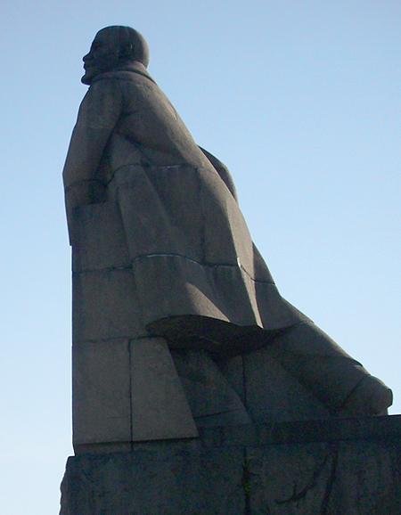 Самые странные памятники Ленину в разных городах мира