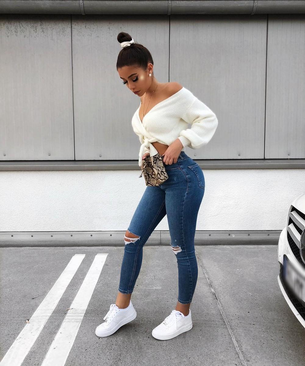 Красивые девушки в обтягивающих джинсах