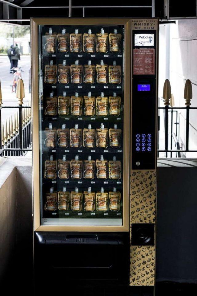 Уличные автоматы по продаже виски в пакетиках в Лондоне