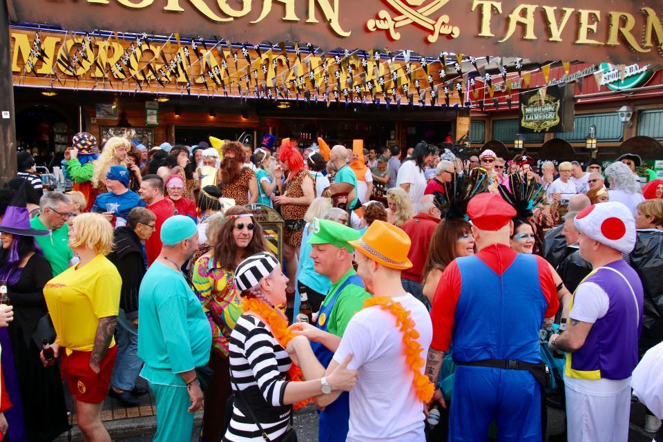 Ежегодный костюмированный парад плохой вкус в Испании